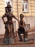 statue in propose gesture